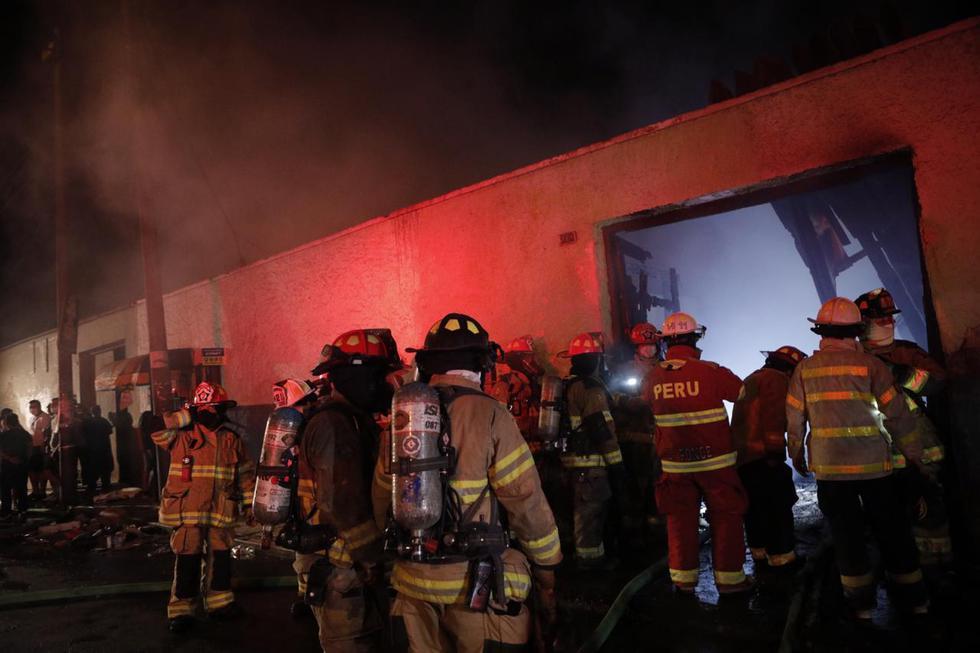 Un incendio consumió un inmueble ubicado en la cuadra 14 del jirón Áncash, en el Cercado de Lima. (Foto: Joel Alonzo/ @photo.gec)