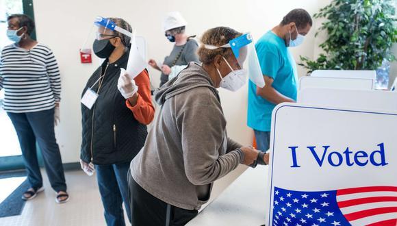 Imagen referencial. Una mujer emite un voto en la Oficina de Elecciones y Registro de Votantes del Condado de Richland en Columbia, Carolina del Sur. Archivo del 6 de octubre de 2020. (Sean Rayford/Getty Images/AFP).