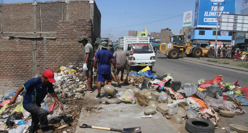 Personal de la comuna de Trujillo recoge la basura en la ciudad, pero parece insuficiente porque los reclamos de los vecinos continúan. (Alan Benites)