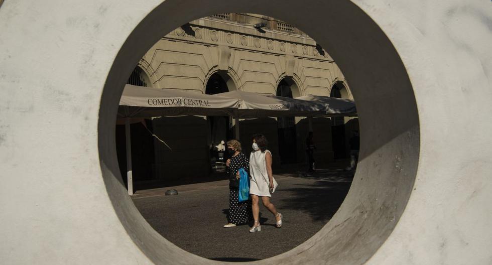 Personas con mascarillas caminan por el centro de Santiago de Chile, el 16 de abril de 2021. (Martin BERNETTI / AFP).
