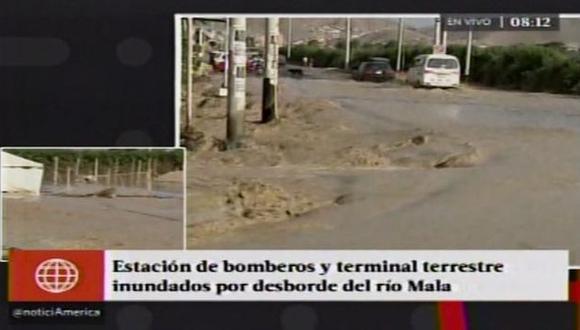 Desborde del río Mala afectó diversas viviendas, estación de bomberos, y terminal terrestre. (Captura de TV)