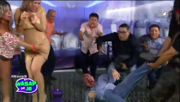 El Wasap de JB parodia pasajero arrastrado en un avión. (Captura)
