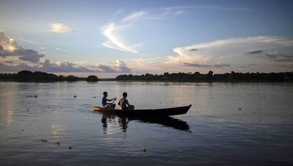 Jóvenes del pueblo de Sao Raimundo do Jaraua navegan en un bote en el río Jaraua en el estado de Amazonas, Brasil. (Foto: AFP)