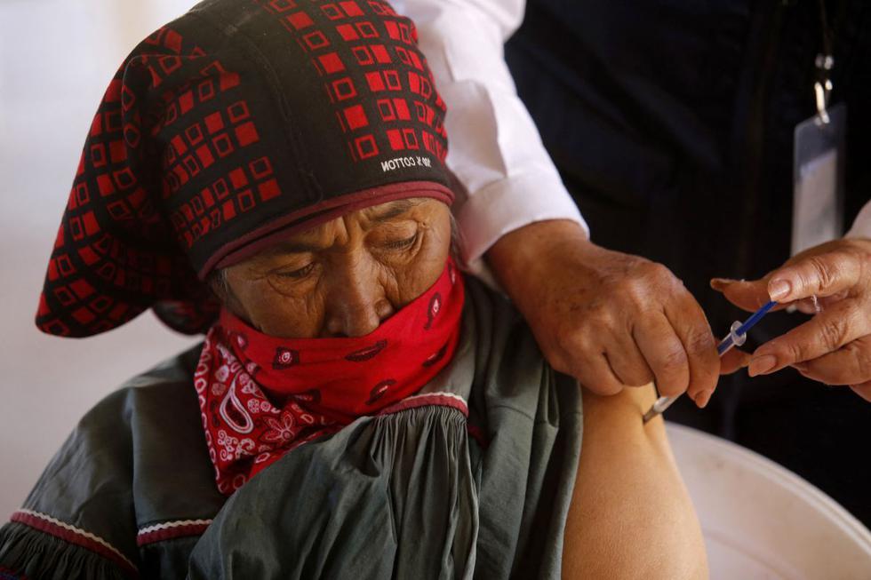 La mayoría de los indígenas caminó unas cuatro horas hasta llegar al punto de vacunación en la comunidad Nueva Colonia, en el municipio de Mezquitic (estado de Jalisco), al que se accede por senderos de tierra. (Ulises Ruiz / AFP).