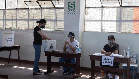 """La ONPE precisó que a los electores solo se les pide asistir de manera obligatoria con """"doble mascarilla"""" a los locales de votación. (Foto: GEC)"""