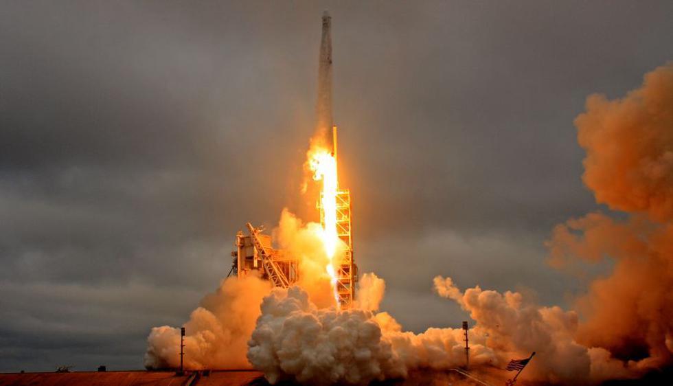 Lanzan cohete de SpaceX tras resolver problema técnico en motor. (Reuters)