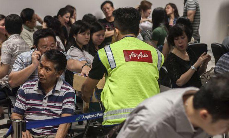 Familiares de pasajeros de Air Asia esperan noticias. (AFP)
