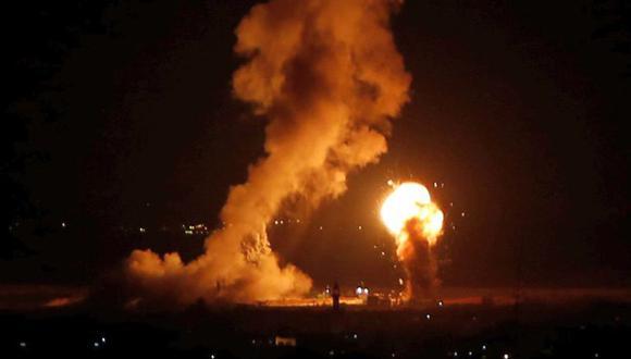 Humo y llamas tras el ataque aéreo de Israel en Gaza. (Foto: Reuters)