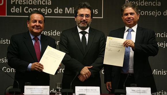Firma con representantes de Sierra Exportadora y Right Business se dio esta mañana. (Mario Zapata)