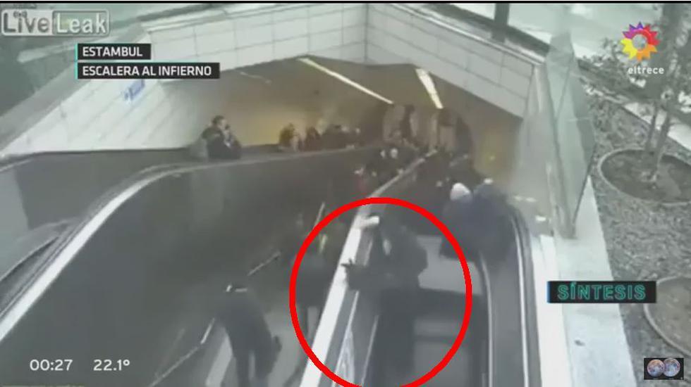 Sujeto casi muere al quedar atrapado en escalera eléctrica. (YouTube)