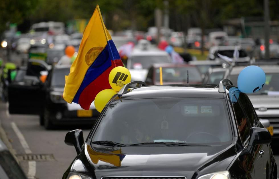 Conductores participan en una protesta de caravana de vehículos en Bogotá en medio de la pandemia del coronavirus. (AFP/Raul ARBOLEDA).