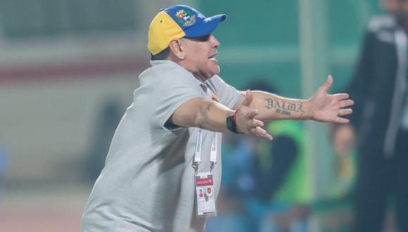 Maradona advirtió con peculiar estilo que continuará en el banquillo del Al Fujairah. (@Fuj_FC)