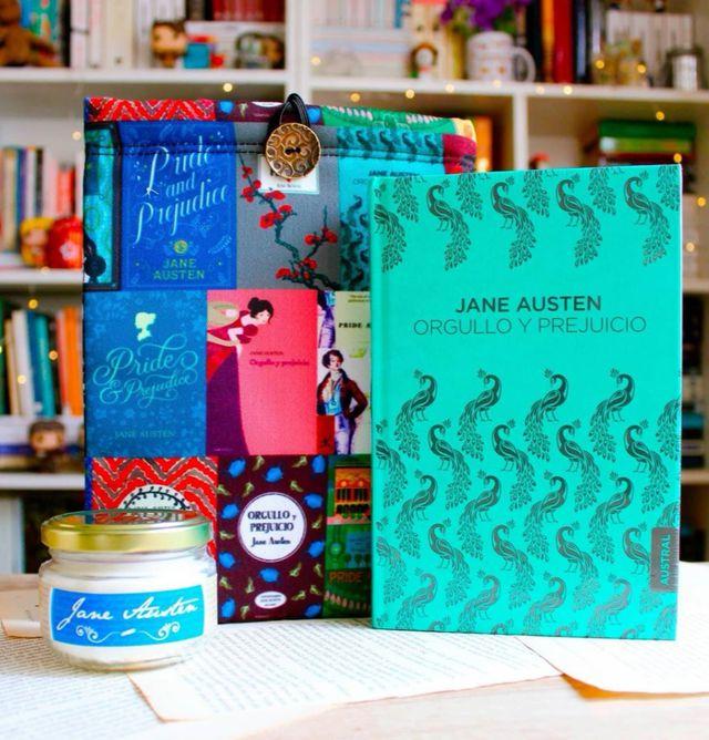En Bibliofilia Store realizan la creación y venta de productos exclusivamente para lectores como fundas protectoras de libros y velas literarias (Bibliofilia Store).