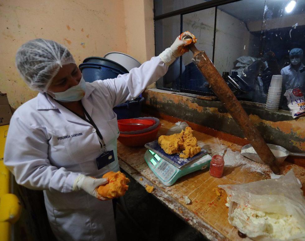 Los inspectores municipales constataron que la masa de harina que se usaba para preparar el dulce, estaba impregnada de abundante colorante. (Foto: Andina)