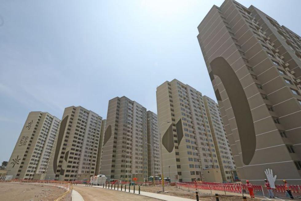 Lima 2019 empezó a colocar los pisos podotáctiles en las vias peatonales y la ciclovía de la Villa Panamericana y Parapanamericana, en Villa El Salvador. (Andina)