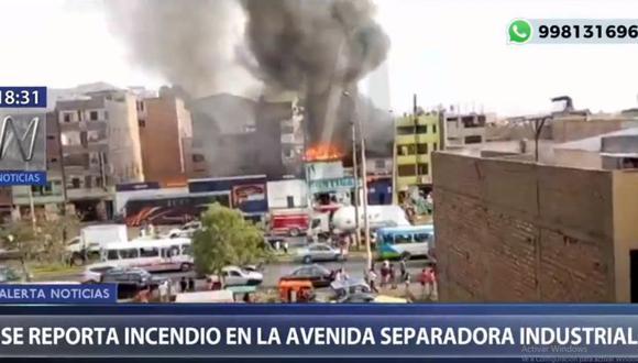 Unas nueve unidades de los bomberos atienden la emergencia. (Canal N)