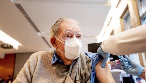 COVID-19: Asegúrese que el adulto mayor asista a su vacunación correctamente protegido, con mascarilla y manteniendo el distanciamiento físico, señala la especialista.