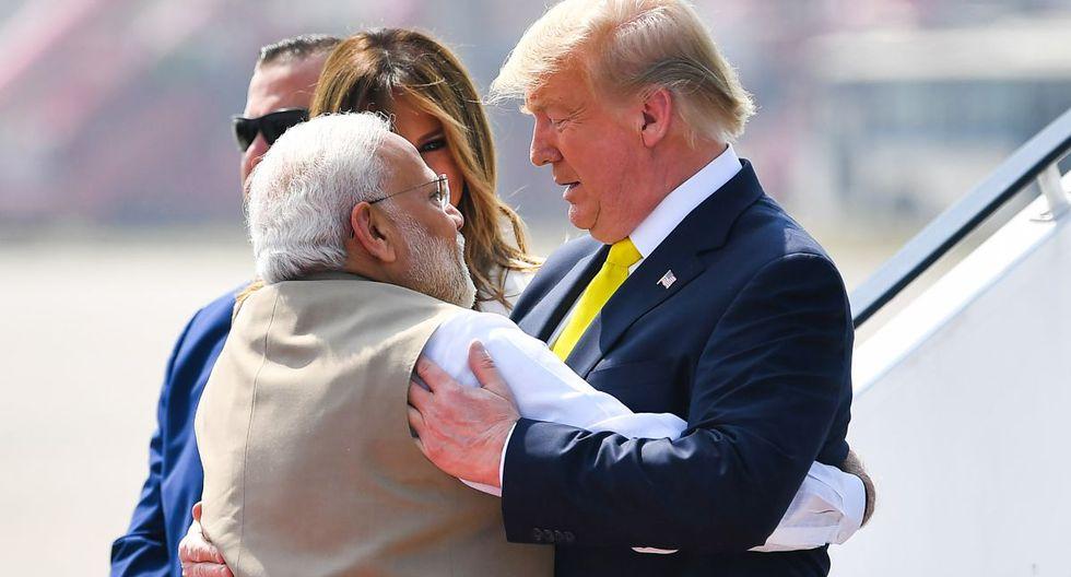 El primer ministro de la India, Narendra Modi, abraza al presidente estadounidense Donald Trump a su llegada al aeropuerto internacional Sardar Vallabhbhai Patel en Ahmedabad. (AFP)
