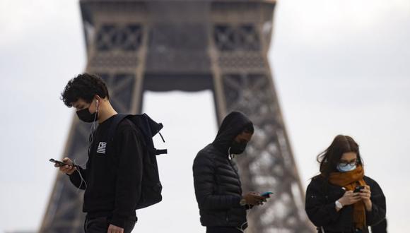 En Facebook existe un grupo orientado hacia temas de conspiración que cuenta con 50.000 miembros franceses, muchos de los cuales difunden falsedades sobre el coronavirus. (Foto: Ian Langsdon / EFE)