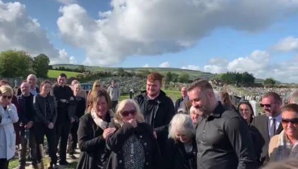 La reacción de los asistentes al funeral se viralizó en Facebook.