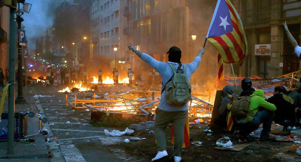 Pacíficas durante el día, por las noches las protestas de esta semana tomaron un cariz violento en Barcelona y otras ciudades. (Foto: EFE)