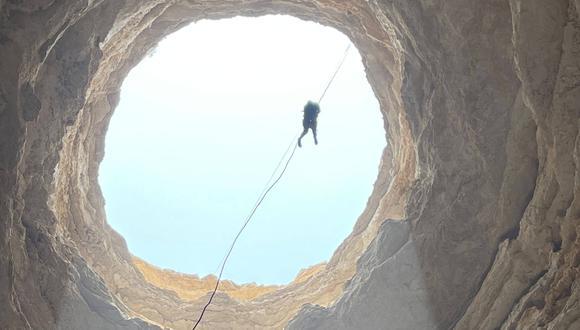 """Un equipo de espeleólogos omaníes ha realizado lo que se cree que es el primer descenso hasta el fondo del """"pozo del infierno"""", cuya abertura oscura y redonda crea una abertura de 30 m. de ancho, hundiéndose aproximadamente 112 m. debajo de la superficie. (Foto: Equipo de exploración de la cueva de Omán / AFP)"""