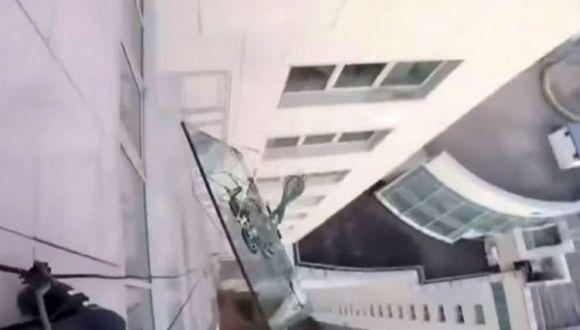 El pesado vidrio cayó desde el piso 47 del edificio (Foto: YouTube)