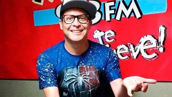 'Carloncho' regresó a Radio Moda tras denuncia de agresión del bailarín de 'El gran show'. (Facebook)