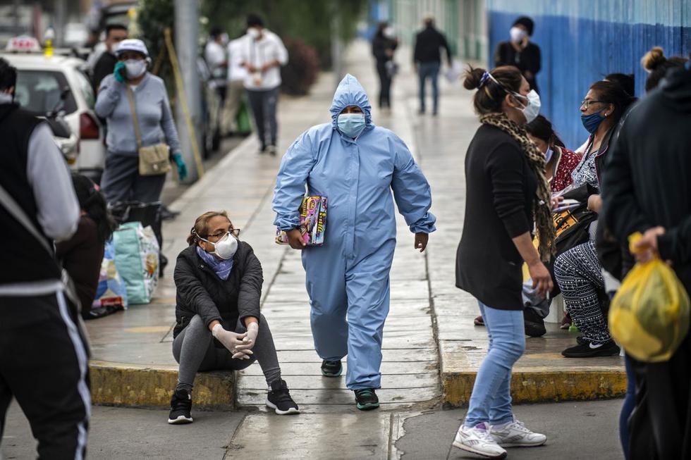 La gente espera recibir atención médica, fuera del área de emergencia en el Hospital Alberto Sabogal en Lima, el 27 de mayo de 2020. (Photo by ERNESTO BENAVIDES / AFP)