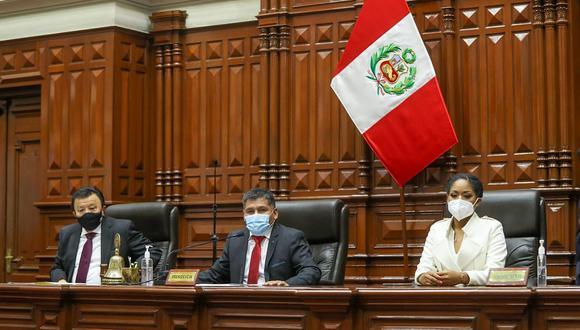 Bernardo Quito Sarmiento estuvo acompañado por los congresistas Enrique Wong y Rosángella Barbarán. (Foto: Congreso)