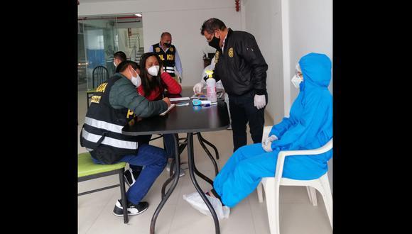 La policía intervino a cinco personas que no estaban acreditadas como personal de salud. (Foto: PNP)