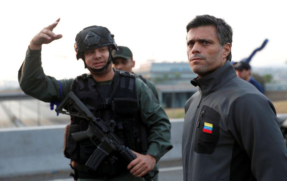 Grupo de militares rebeldes liberó al líder opositor Leopoldo López.