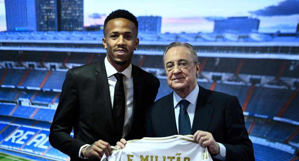 Eder Militao posa con la camiseta de Real Madrid junto al presidente Florentino Pérez. (Foto: AFP)
