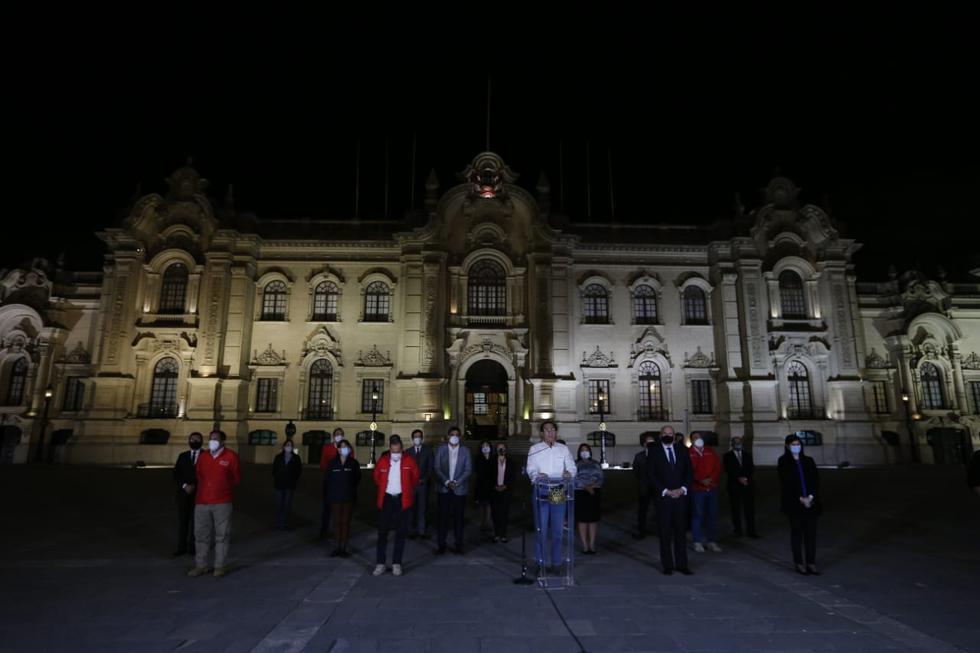 Martín Vizcarra aceptó la vacancia y dio su último discurso junto a sus ministros antes de abandonar Palacio. (Foto: Andrés Paredes)
