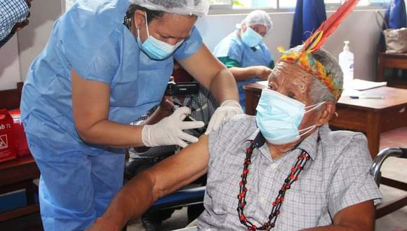 El líder indígena del pueblo Harakbut, Antonio Sueyo Irangua (82), fue inoculado hoy con la segunda dosis de la vacuna contra el COVID-19. (Foto: Gobierno Regional de Madre de Dios)