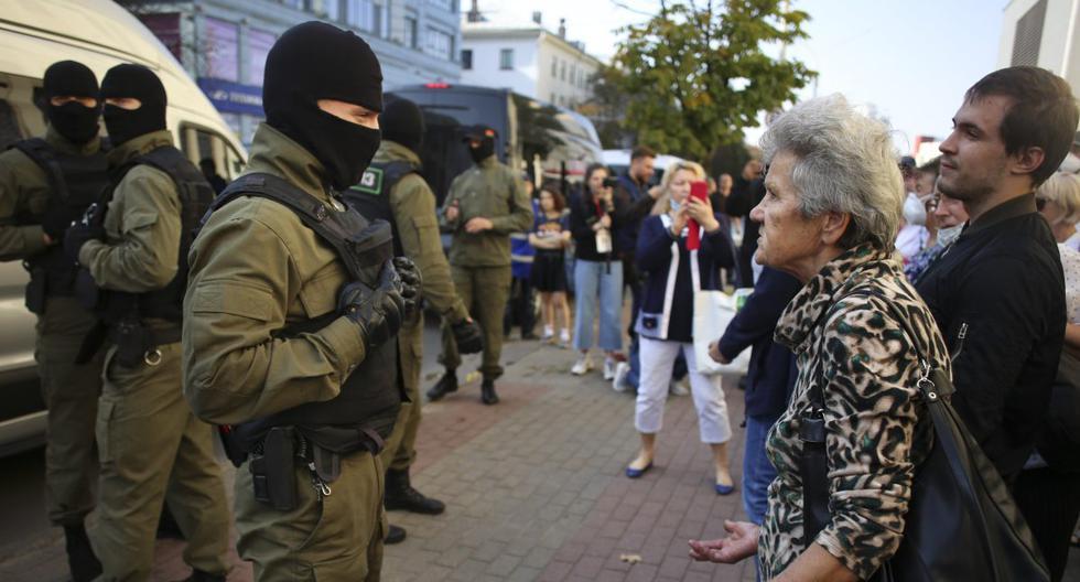 Imagen referencial. Una mujer discute con un oficial de policía en Minsk, Bielorrusia.  (AP/TUT.by).