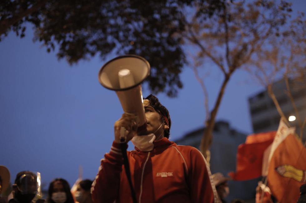 Los simpatizantes de Pedro Castillo llegaron a la sede del Jurado Nacional de Elecciones (JNE) para reclamar sobre los resultados electorales. (Renzo Salazar/GEC)