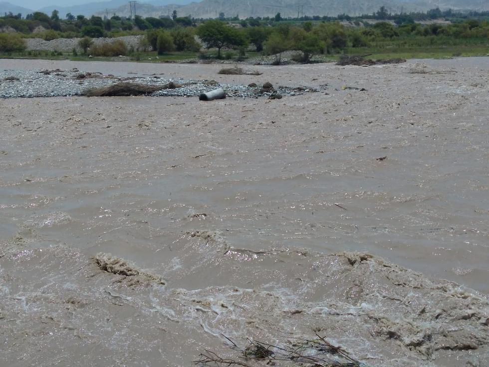 Río Pisco se lleva parte de línea de conducción que abastece de agua a unos 150 mil pobladores de Pisco. (Defensa Civil)