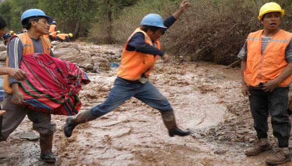 EMERGENCIA. Vía hacia Quellouno quedó destrozada por rebose de afluente y caída de lodo y piedras. (USI)