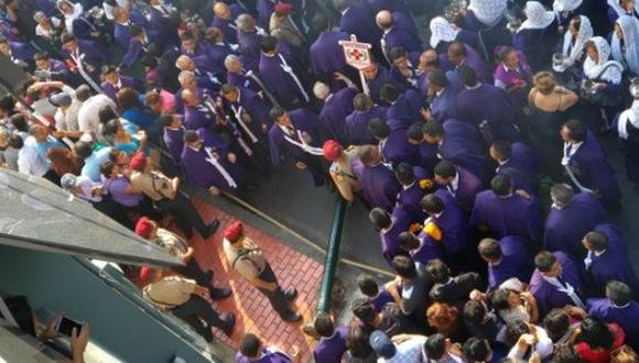 Farol cae en plena procesión del Señor de los Milagros. (Tuit Miguel Gonzalo)
