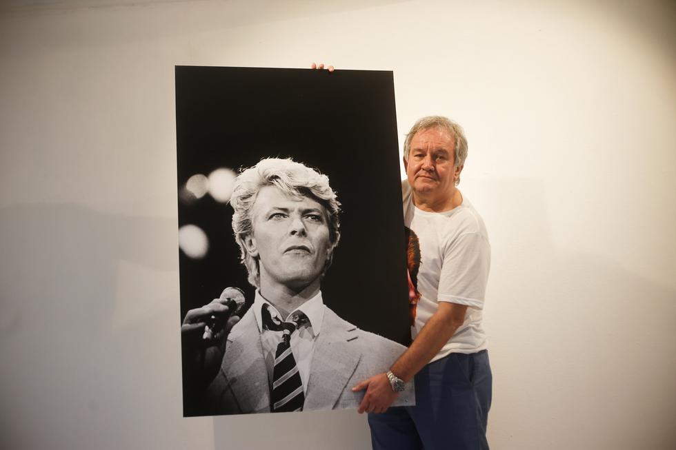 Brian Rasic,sosteniendo una de las imágenes que tomó al cantante de temas como Life on mars?, Heroes, Space Oddity y otros (Renzo Salazar/Perú21).