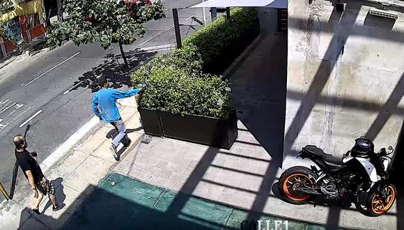Cámaras de seguridad captaron la fuga de los delincuentes y cuando abandonan un arma de fuego en el jardín de una negocio cercano en Miraflores.
