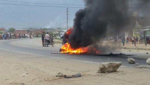 Los manifestantes quemaron llantas para bloquear la carretera Fernando Belaunde Terry.,