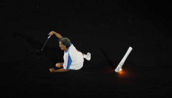 Marcia Marsal perdió el equilibrio y cayó al suelo del Maracaná. (AP)