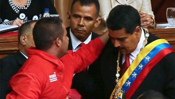 """Durante la juramentación de Nicolás Maduro, Yendri Sánchez,abrazó al mandatario y empezó a gritar: """"Nicolás soy Yendri, ayúdame"""". (Foto: El Comercio)"""