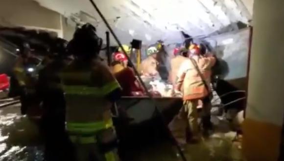 Siete bomberos bajo una agrietada estructura en un garaje del edificio Champlain Towers, en Surfside de Miami-Dade. (Foto: captura de pantalla | Twitter | Miami-Dade Fire Rescue)
