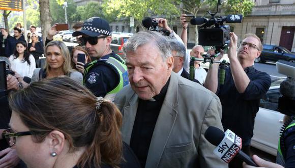 El cardenal George Pell se abre camino a través de los medios de comunicación cuando llega a la corte en Melbourne el 27 de febrero de 2019. (Foto: AFP)