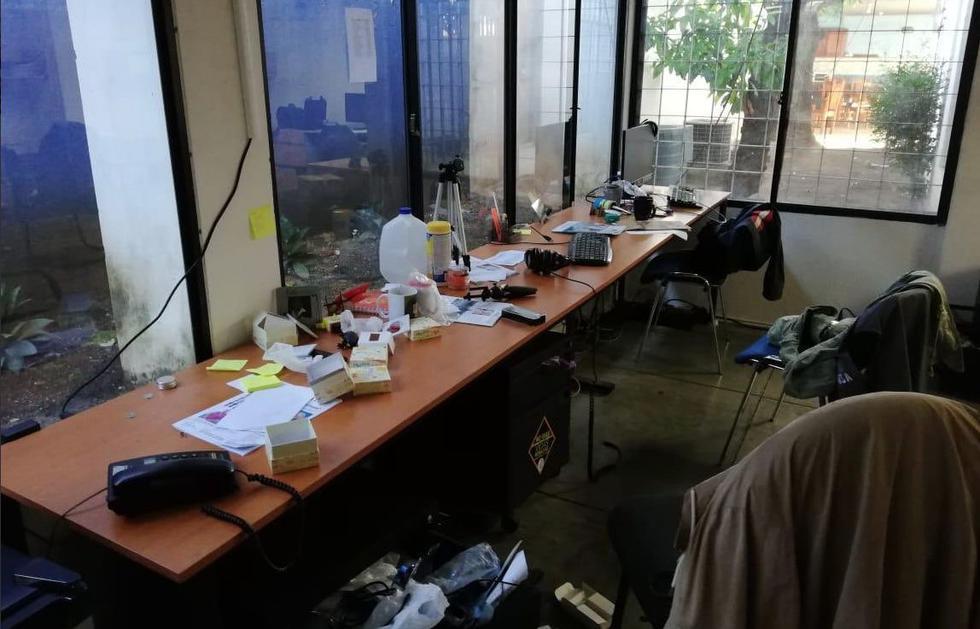 Policía de Nicaragua asaltó la redacción del semanario Condidencial, crítico al gobierno, y se llevó computadoras, discos duros y diversos documentos.(Foto: Twitter Néstor Arce)
