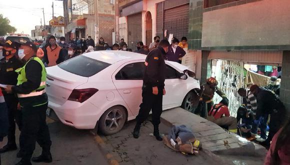 Arequipa: Chofer perdió el control y tras atropellar a dos adolescentes y a una comerciante, se estrelló contra una vivienda  y escapó del lugar. (GEC)