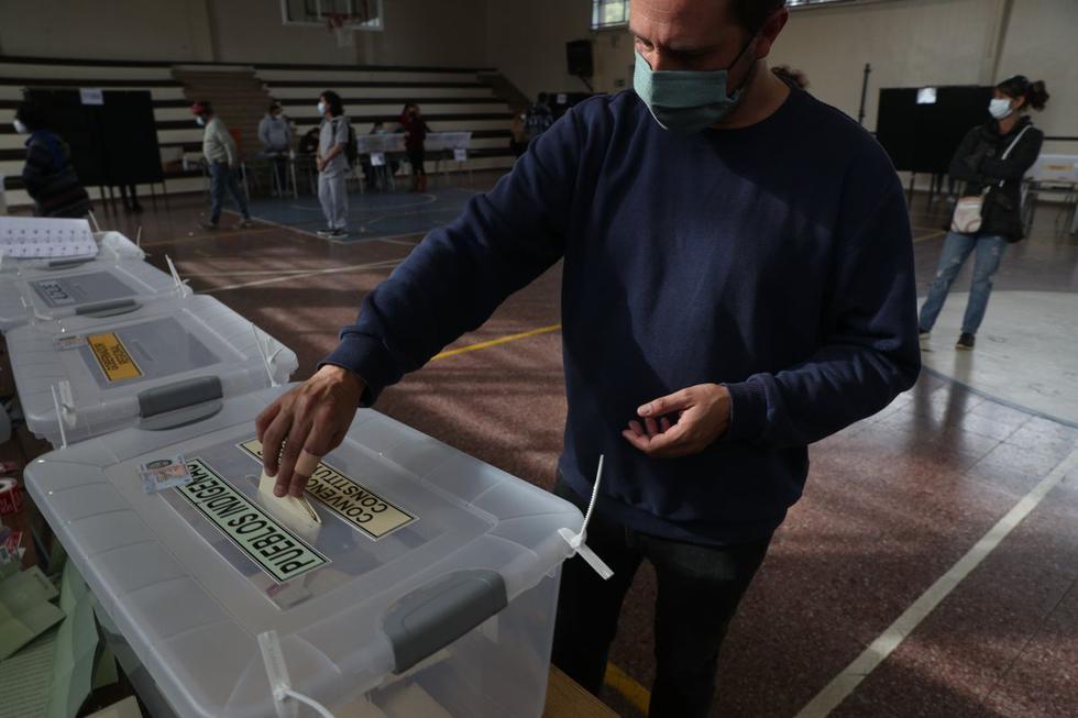 Una persona deposita su voto en la elección de la Convención Constitucional para seleccionar a los miembros de la asamblea que redactarán una nueva Constitución, en Santiago de Chile, el sábado 15 de mayo de 2021. (AP/Esteban Felix).